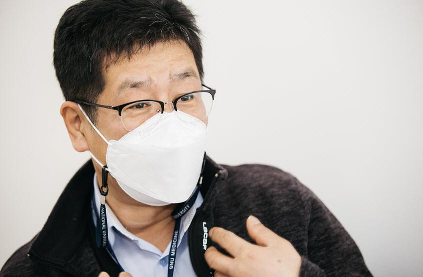 """""""작년부터는 고인이 코로나에 감염됐었을 우려가 있어서 기증받는 게 더 힘들어요.""""(김인관)"""