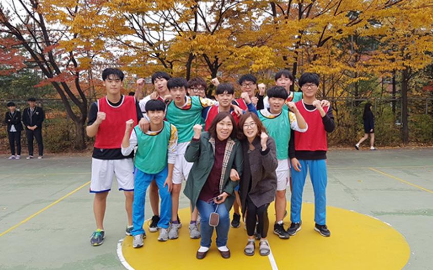 운동을 좋아하는 철주 학생은 친구들과 농구를 하면서 많이 친해졌다고 해요(왼쪽 아래)