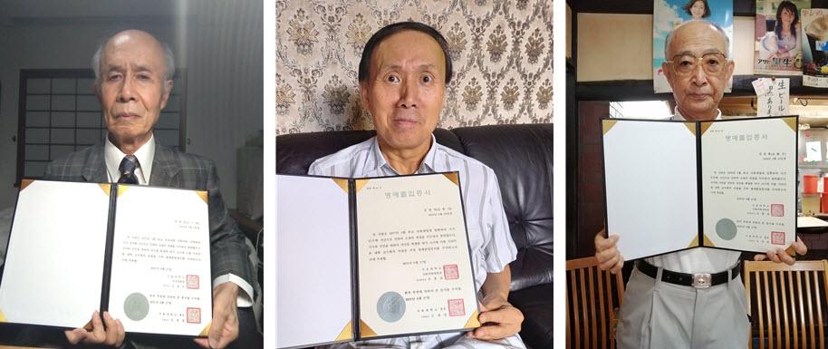 명예졸업증서를 든 허경조(왼쪽), 김정사 선생님(가운데)과 故김승효 선생님을 대신한 형 김승홍 님(오른쪽)